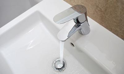 Wie man kalkablagerungen im bad entfernt
