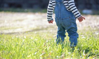 Wie man grasflecken aus jeans entfernt