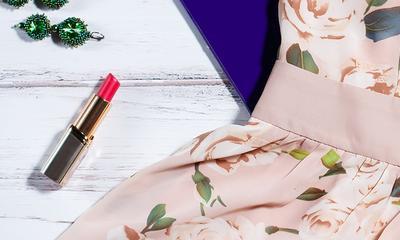 Wie man lippenstiftflecken aus textilien entfernt