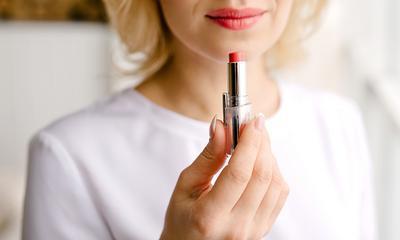 Wie man lippenstiftflecken aus hemden entfernt