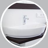 Pulire le piastrelle del bagno e i sanitari