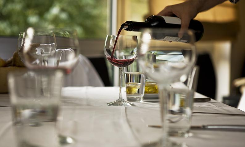 Cum se elimină petele de vin roșu de pe fața de masă